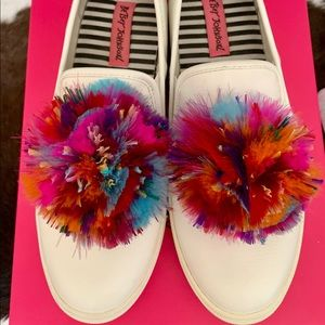 Betsey Johnson Trixy Sneakers 🌸 white w/Feathers